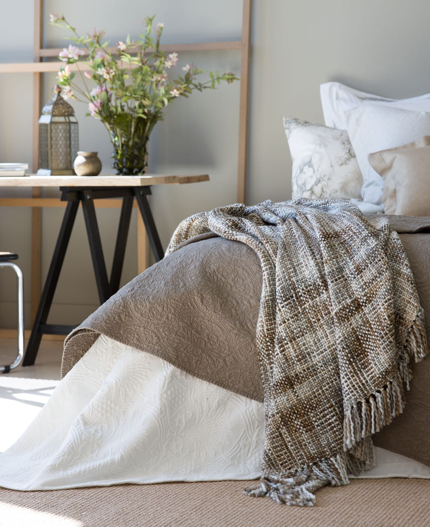 schlafzimmer gestalten mit schreibtisch holz und zara bettdecke grau