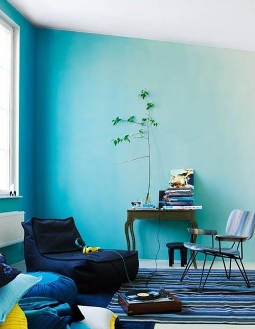 wohnzimmer design und wandgestaltung mit horizontalem varbferlauf von blau nach weiß