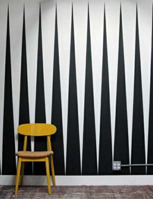 kreative wandgestaltung wohnzimmer mit dreieck-muster in schwarz und weiß als kreative wand-streichen idee