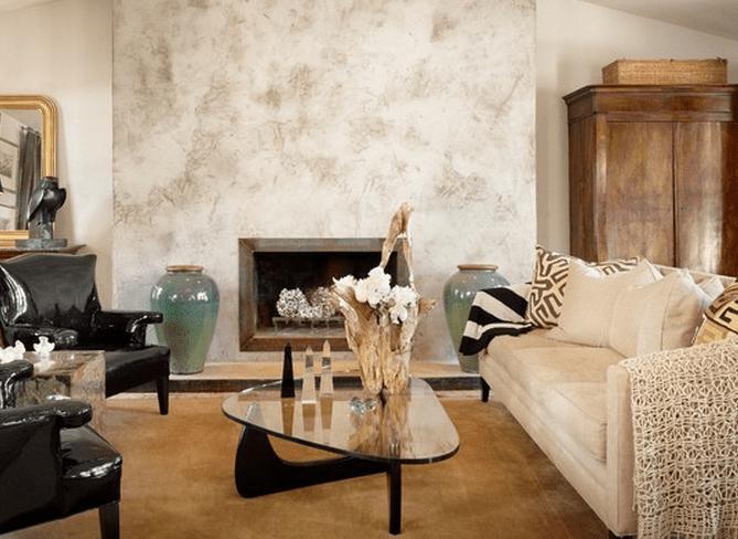 wohnzimmer design rustikal mit kamin und armsesseln in schwarzlack und wandgestaltung wohnzimmer ideen durch wischtechnik mit lappen