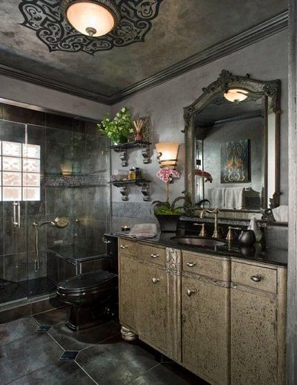 moderne badezimmer ideen für wandgestaltung badezimmer mit wandfarbe grau und schwarzer toilette und antikem waschtisch silber