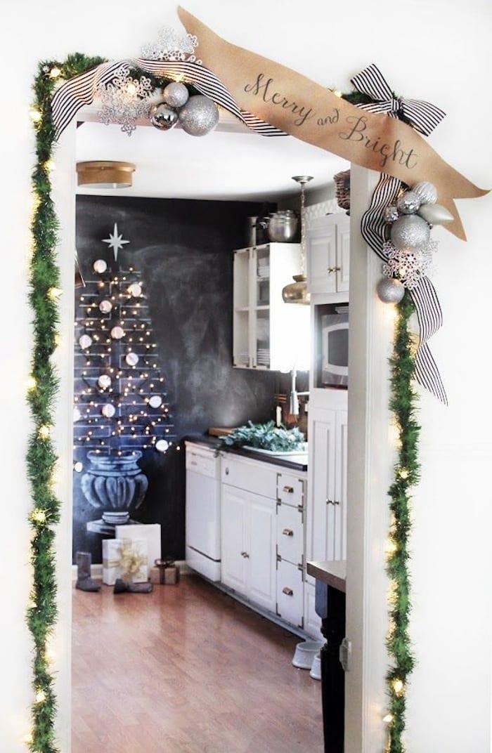 türrahmen weihnachtlich dekorieren_weihnachtsdeko ideen mit silbernen weihnachtskugeln und Schleife mit streifenmuster in schwarzweiß