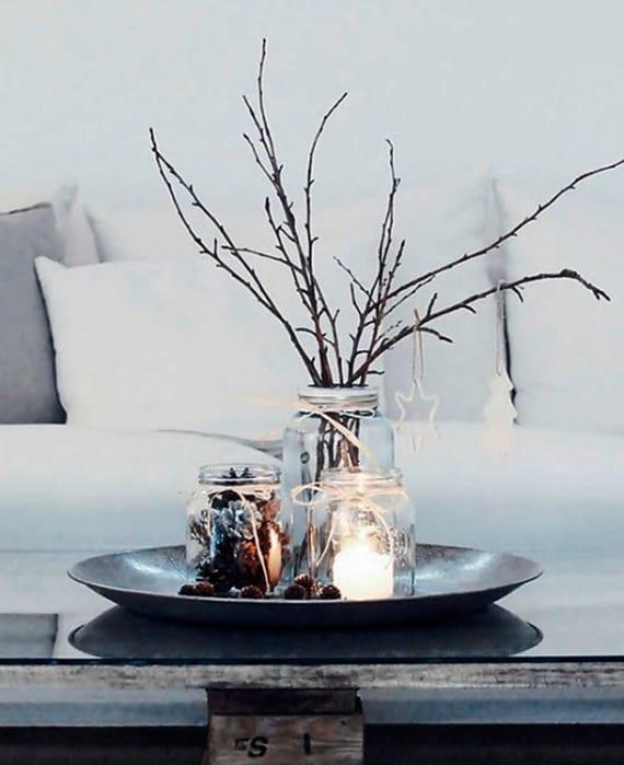 tischdeko weihnachten mit silberner schale und gefäßen für diy_couchtisch aus paletten mit glastischplatte