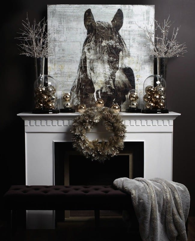 wohnzimmer design mit wandfarbe schwarz und weißem kamin mit kamindeko zu weihnachten mit silbernen weihnachtskugeln und Holzabdruck Bild