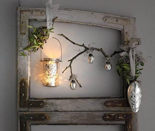 weihnachtsdekoration mit Hopfen und teelichthalter kombiniert mit silbernen weihnachtskugeln