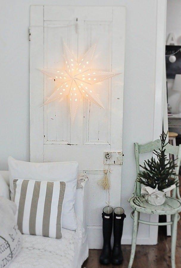 rustikale dekoideen weihnachten mit stern-Papierlaterne und kleinem tannenbaum
