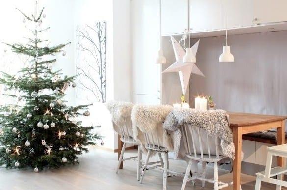 weihnachtlich dekoriren mit sternen_wohn esszimmer einrichten mit sitzbank in wandnische und rustikalen holzstühlen weiß mir pelzleder decken