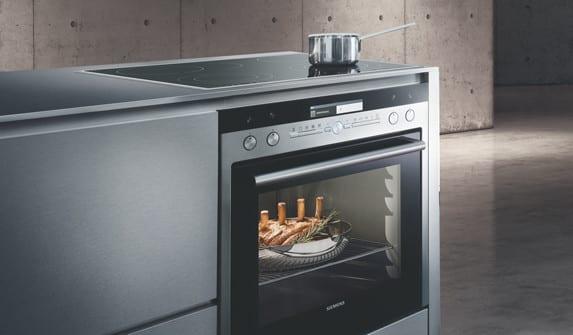 moderne backöfen siemens mit eingebaite kochplatte für moderne Küchenausstattung einer moderner küche mit betonwänden und betonboden