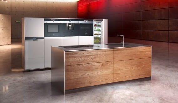 moderne küche mit poliertem betonboden und indirekte deckenbeleuchtung in rot_moderne küchenausstattung mit freistehende küche siemens mit kochinsel holz und edelstahl und kücheneinheit mit eingebauten backöfen und kühlschrank siemens