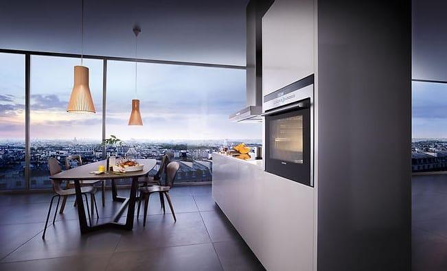 moderne küche mit kochinsel weiß und deckenlüfter siemens_küche mit panoramafenstern einrichten mit esstisch holz und pendellampen