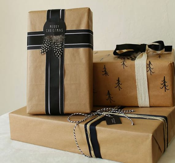 weihnachtsgeschenke elegant verpacken mit federn_coole idee für coole geschenkverpackung