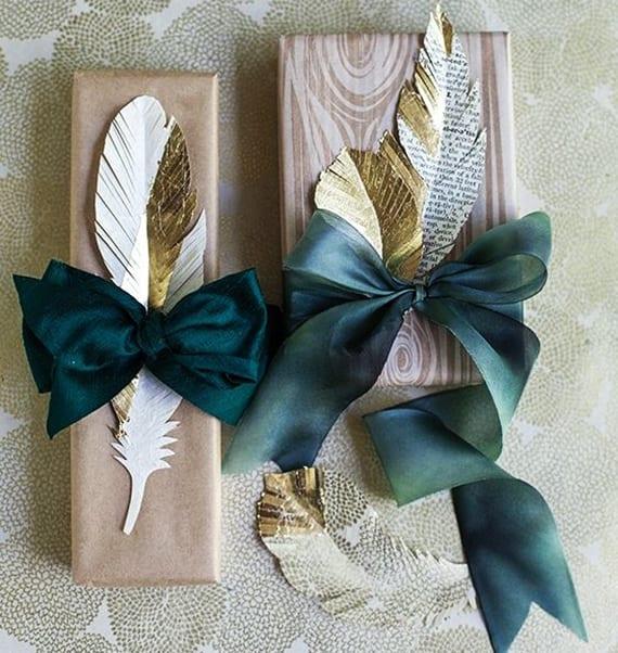 geschenkverpackung basteln und dekorieren mit diy-feder aus zeitungspapier