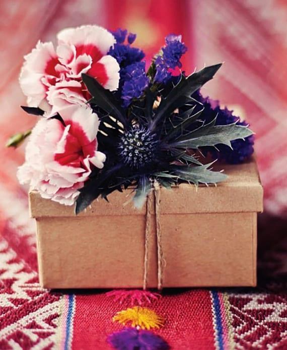 geschenkverpackung basteln und mit blumen dekorieren