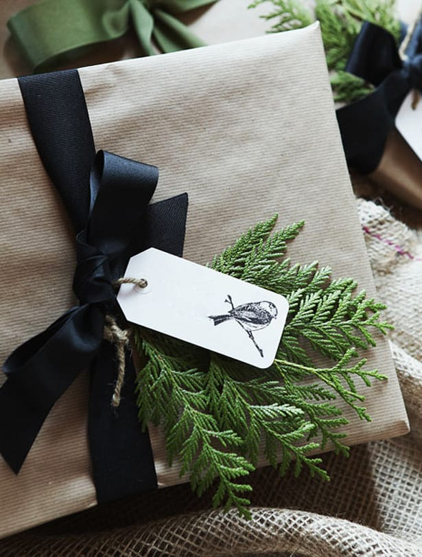 weihnachtsgeschenke kreativ verpacken mit schwarzen bändern
