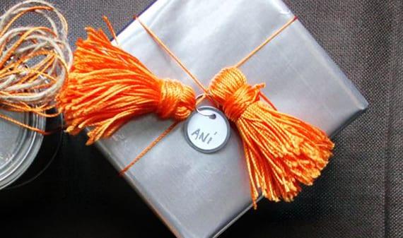 geschenk schnell verpacken in grau und orange