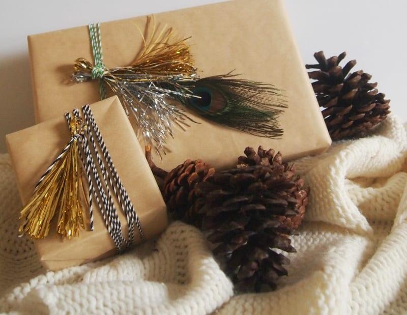 geschenk verpacken mit diy-troddel und pfaunfedern