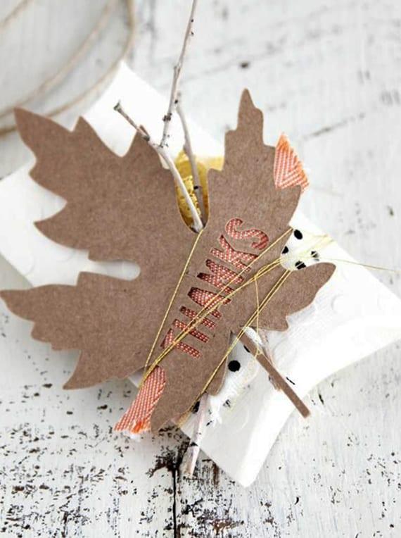 kleine geschenke originell verpacken mit zweigchen und Blättern_Geschenkverpackung basteln für kleine geschenke