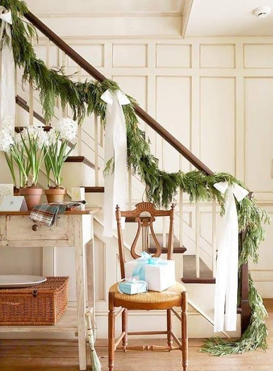 weihnachtsdeko ideen für die treppe mit weién schleifen und weißen narzisen
