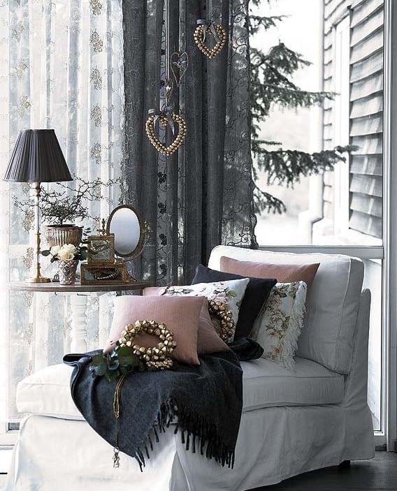 schwarze weihnachtsdekoration für wohnzimmer weiß mit schwarzen gardinen und decke und weihnachtsschmuck in gold