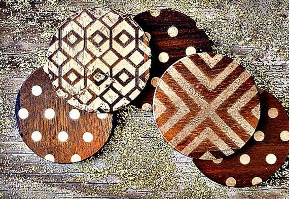 runde Holz-Untersetzer als selbstgemachte Geschenke und coole weihnachtsgeschenkidee