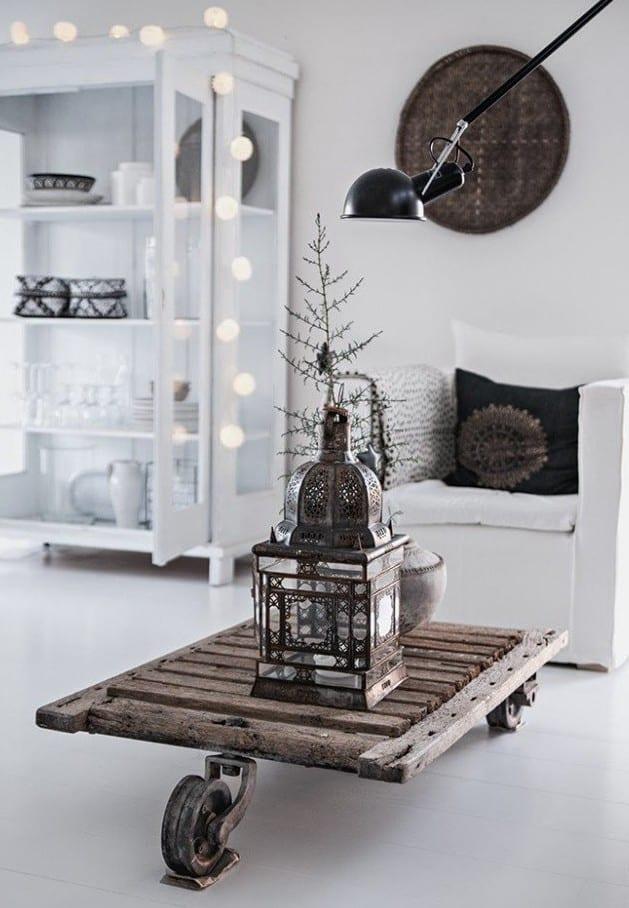 skandinavisches wohnzimmer design mit diy couchtisch holz und weihnachtsdekoration mit lkugel-lichtkette