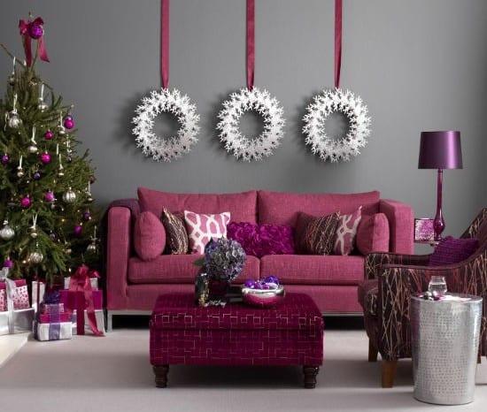 wohnzimmer design in lila mit wandfarbe grau und weihnachtsdekoration in silber und violett
