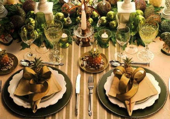 weihnachtliche tischdekoration in grün mit runden untersetzern und grünen weihnachtskugeln_stoffservietten grün interessant falten und mit grüner schleife als tischplatz deko dekorieren