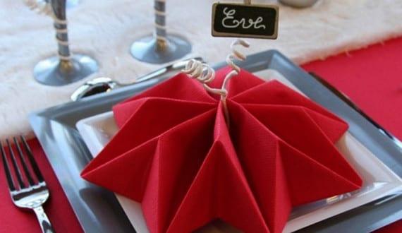 servietten falten als lilien f r weihnachtliche tischdeko in rot freshouse. Black Bedroom Furniture Sets. Home Design Ideas
