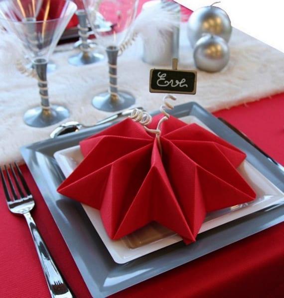 coole tischdeko mit roter tischdeke und tischläufer weiß_festliche tischdeko mit rechteckigen glasplatten in weiß und grau mit roten stoffservietten als tischplatzdeko
