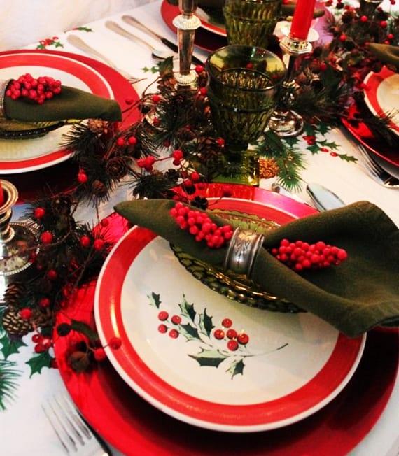 stoffservietten falten und mit roten beeren dekorieren als dekoidee weihnachten