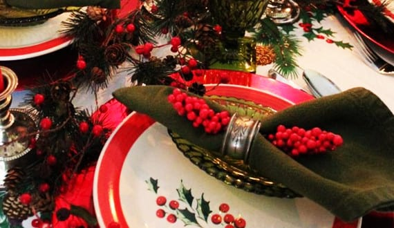 servietten falten und tisch weihnachtlich dekorieren mit roten und wei en tellern und gr nen. Black Bedroom Furniture Sets. Home Design Ideas