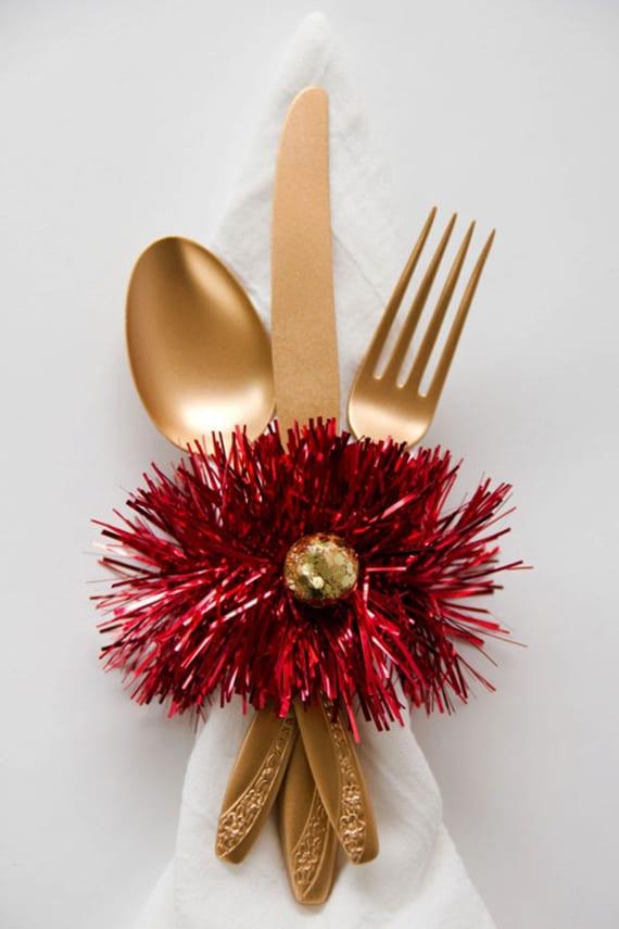 weiße stoffservietten mit goldenem besteck weihnachtlich dekorieren