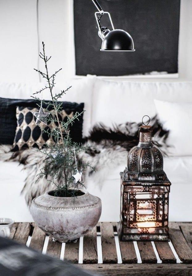 weihnachtsdeko ideen in schwarz weiß_tischdeko weihnachten mit metalllaterne und kleinem tannenbaum