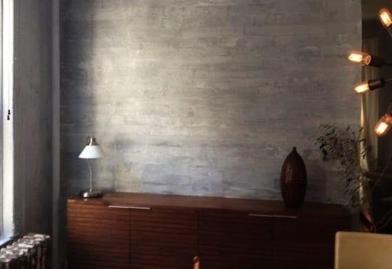 wohnzimmer boden grau: -wandgestaltung-mit-wandfarbe-grau-für-dekorativen-betonwand-look