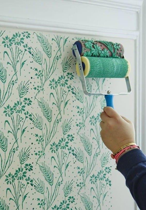coole wand streichtechnik mit gemustertem farbroller für moderne farbgestaltung in weiß und grün