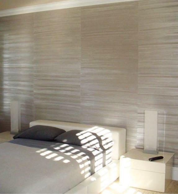 wandgestaltung schlafzimmer mit wandfarbe grau und horizontalem Streifen-Muster durch wischtechnik