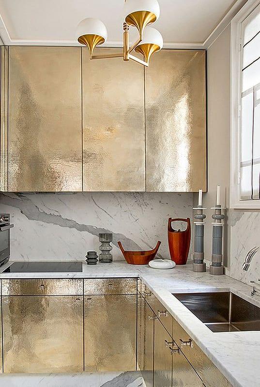 moderne kleine küche mit goldenen Küchenschränken und coole Wandgestaltung küche durch marmorieren