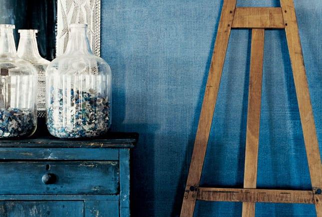 kreative wandgestaltung mit wandfarbe blau und denim-streichtechnik für rustikale wandgestaltung wohnzimmer