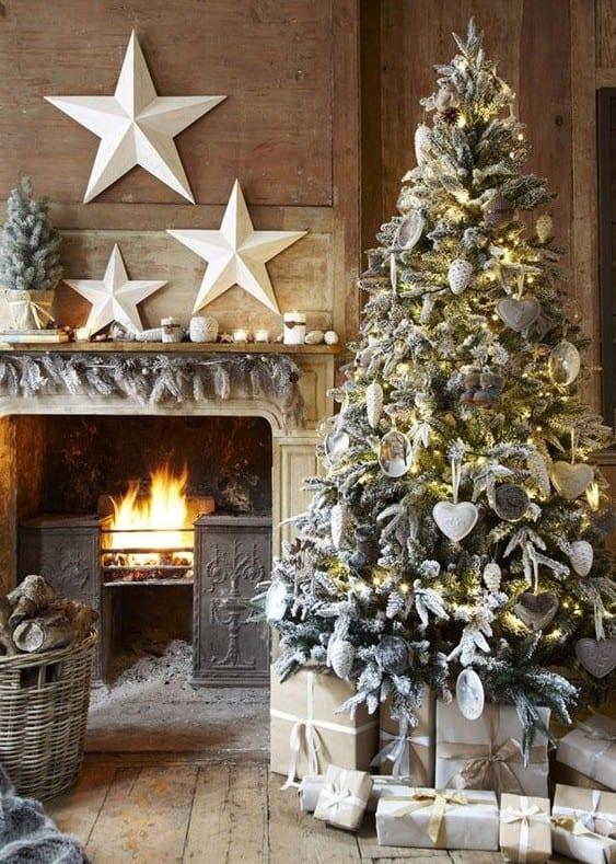 wohnzimmer rustikal mit kamin aus holz weihnachtlich dekorieren mit weißen sternen_coole weihnachtsdeko ideen für fröhliche weihnachten