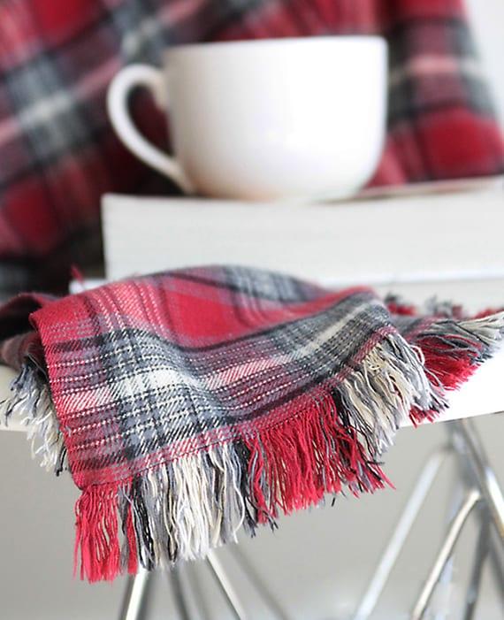 selbstgemachte geschenke aus textilien_DIY Decke mit fransen als Weihnachtsgeschenk zum selber machen