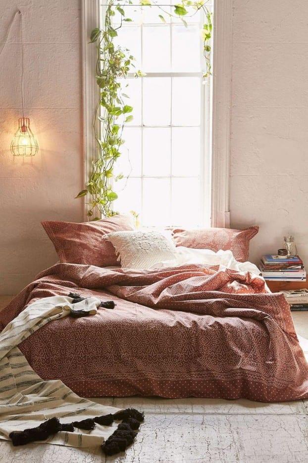 schöner wohnen schlafzimmer ideen mit bett vor dem fenster_fensterdeko idee mit pflanzen