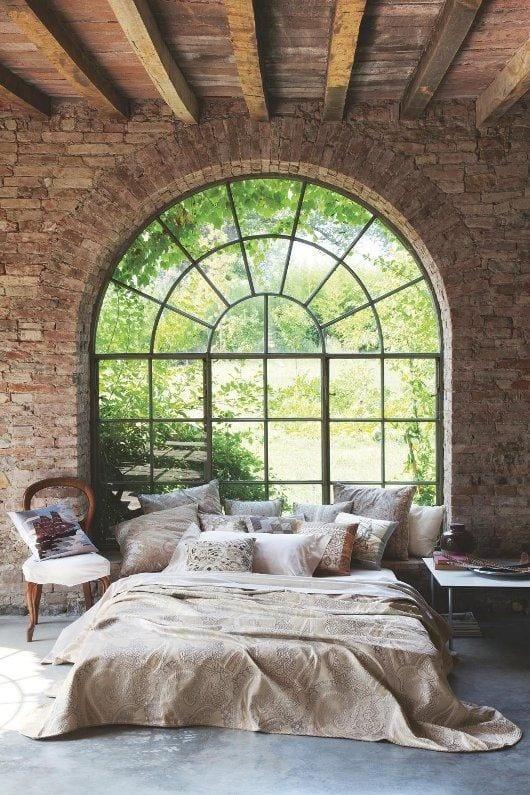 coole schlafzimmer ideen mit steinmauern und höhe holzdecke mit sichtbaren holzbalken
