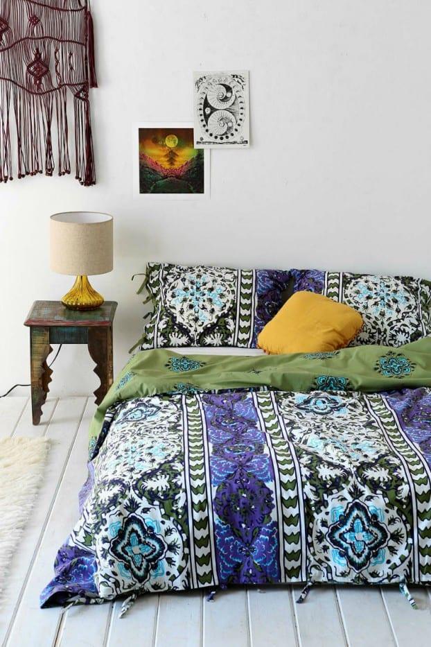 schöner wohnen schlafzimmer ideen mit weiß gestrichenem holzfußboden und bunte betwäsche in grün und blau mit blumenmuster