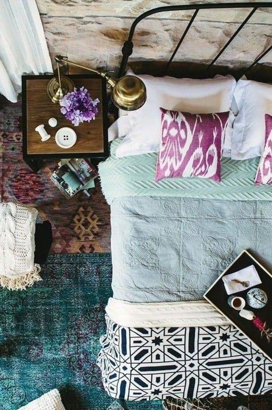 schöner wohnen schlafzimmer ideen für schlafzimmer mit natursteinwänden und metallbettgestell schwarz