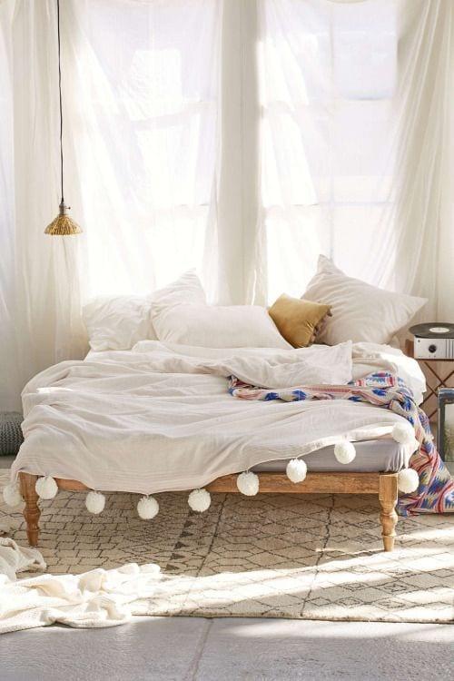 schöne holzbetten und weißer teppich mit muster für schöner wohnen schlafzimmer einrichtung in bohemian style