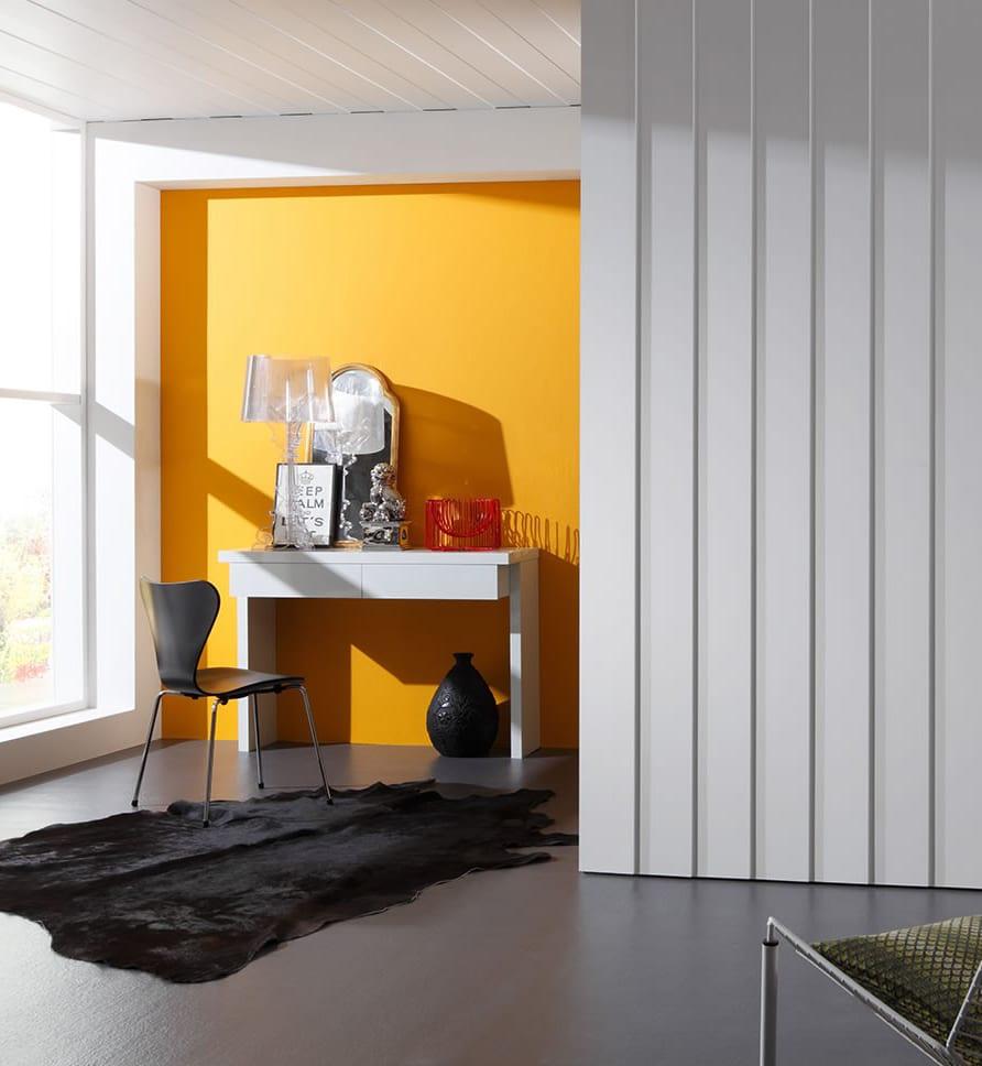 farbgestaltung mit wandfarbe gelb und 3d wandpaneelen weiß für moderne schlafzimmer mit estrich fußboden grau und kuhfellteppich schwarz