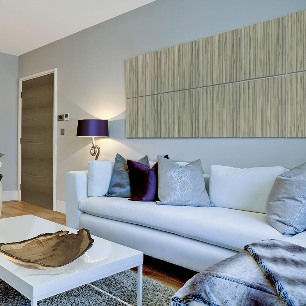 kleines wohnzimmer einrichten mit ecksofa weiß und couchtisch in hochglanz mit designer schüssel aus holz und kreative wandgestaltung mit holzpaneelen und tischlampe lila