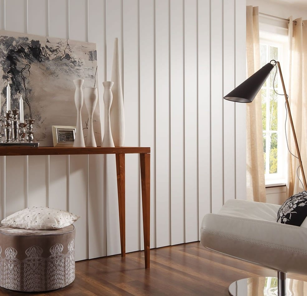 wohnzimmer design und kreative wandgestaltung mit 3d-Paneelen weiß und gardienen beige_raumgestaltung mit weißen wänden und holztisch mit rundem hocker und lederstühl weiß mit stehlampe schwarz