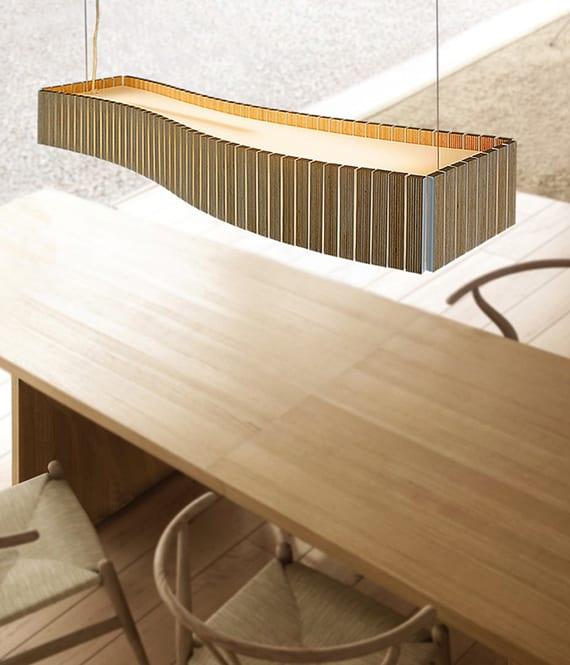 küche einrichten und gestalten mit holz_holzesstisch beleuchten mit designer Pendellampe aus holz