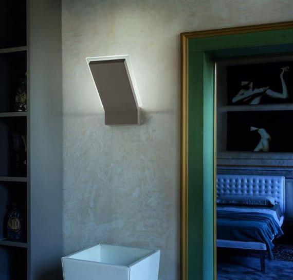 farbgestaltung flur mit beton wand und und türrahmen in grün und gold_moderne wandlampen für betonwände
